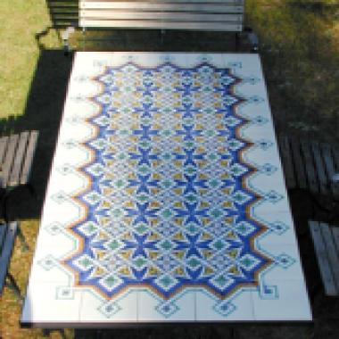 Tisch mit Keramikfliesen